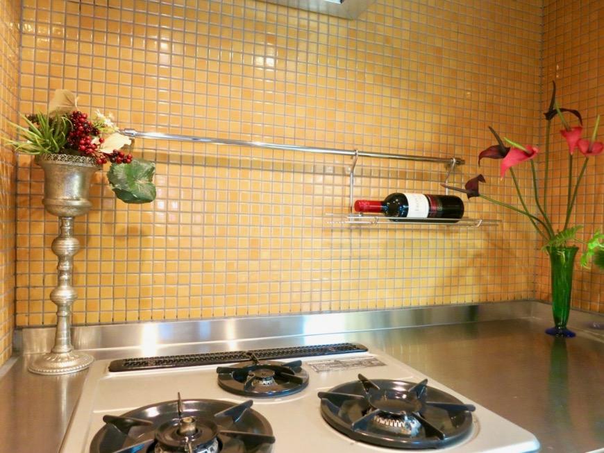 キッチン。鮮やかでお洒落なモザイクタイル貼りのキッチン。ARK HOUSE 南館 3A 何もかもが魅力的な創造空間。12