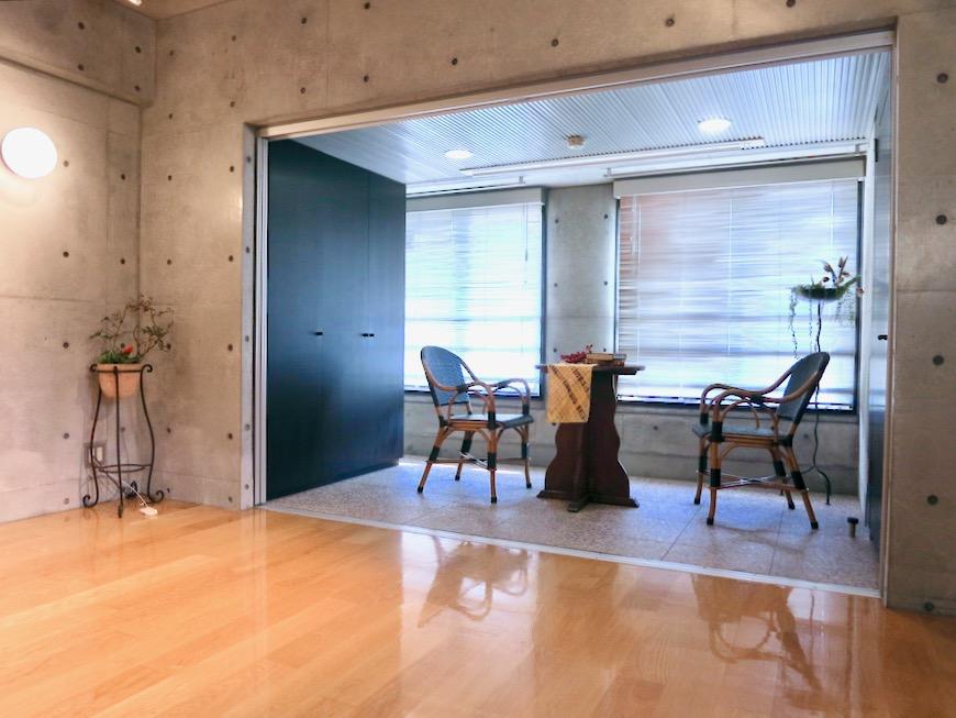 コンクリート打ちっ放しのクールなお部屋。6帖(サンルーム付き)。ARK HOUSE 南館 3A 何もかもが魅力的な創造空間。7