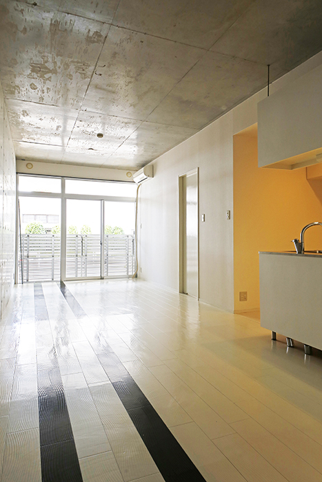 【M/F HOUSE】001号室_LDK_全景_窓からの明るい光_MG_3045