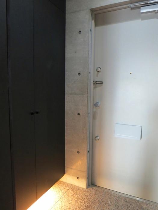 玄関・コンクリート打ちっ放し&ブラックのクールな玄関。フットライトもいい雰囲気。ARK HOUSE 南館 3A 何もかもが魅力的な創造空間。4