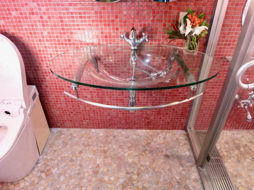 バスルーム&トイレ。鮮やかでお洒落なモザイクタイル貼りのバスルーム&トイレ。ARK HOUSE 南館 3A 何もかもが魅力的な創造空間。8