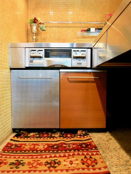 キッチン。鮮やかでお洒落なモザイクタイル貼りのキッチン。ARK HOUSE 南館 3A 何もかもが魅力的な創造空間。14