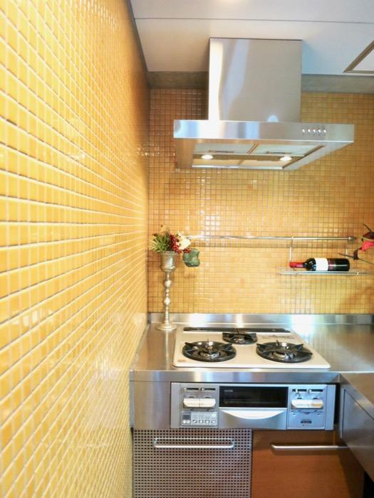 キッチン。鮮やかでお洒落なモザイクタイル貼りのキッチン。ARK HOUSE 南館 3A 何もかもが魅力的な創造空間。13