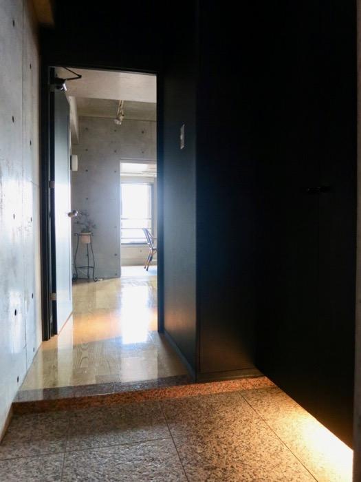 玄関・コンクリート打ちっ放し&ブラックのクールな玄関。フットライトもいい雰囲気。ARK HOUSE 南館 3A 何もかもが魅力的な創造空間。10