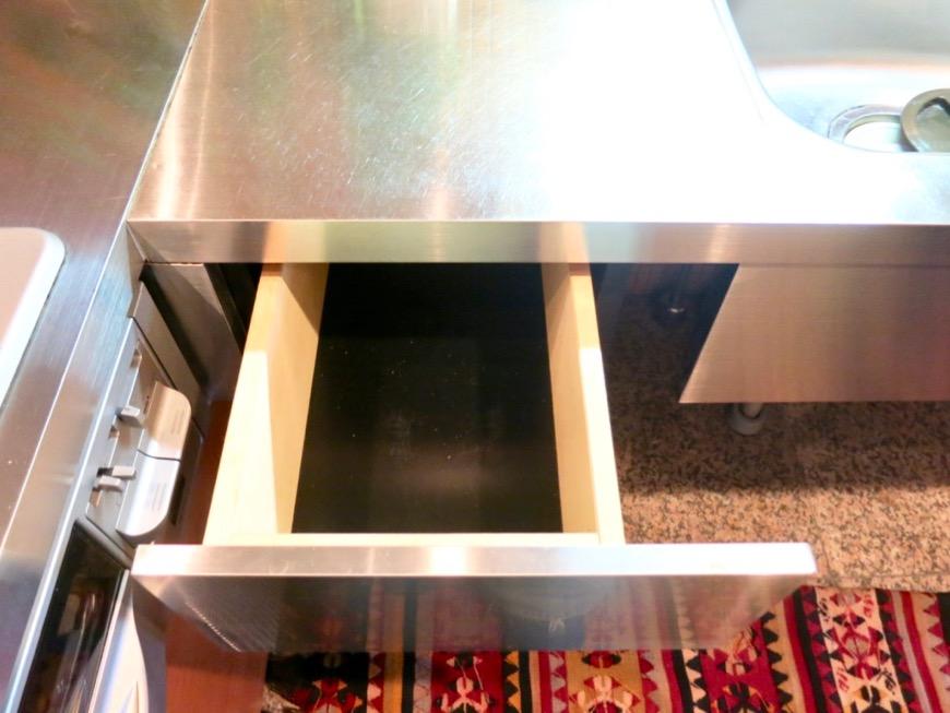 キッチン。鮮やかでお洒落なモザイクタイル貼りのキッチン。ARK HOUSE 南館 3A 何もかもが魅力的な創造空間。23