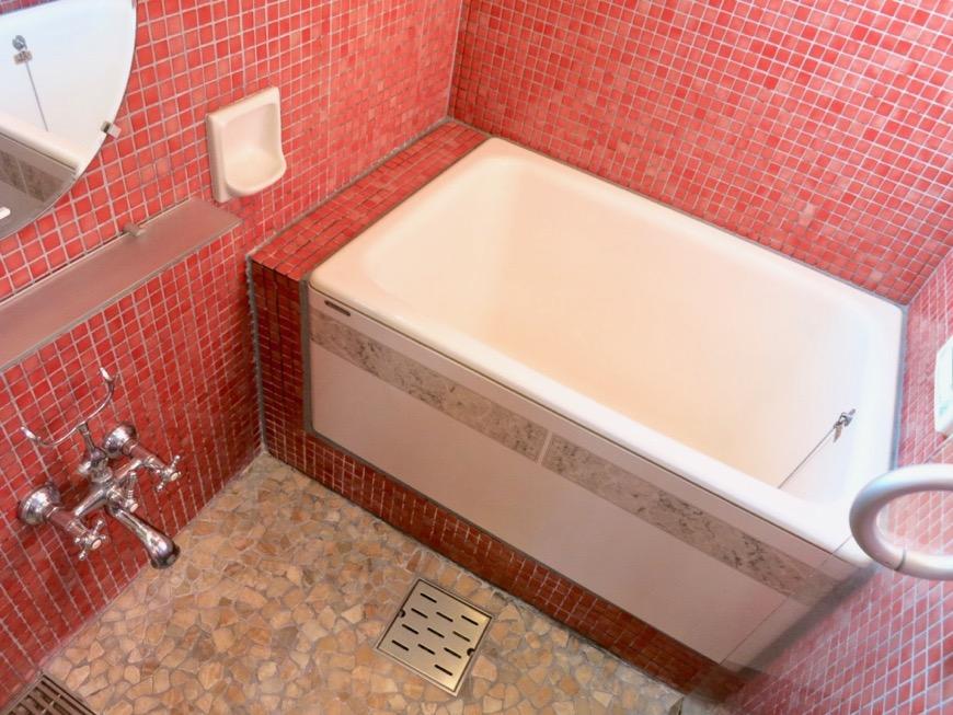 バスルーム&トイレ。鮮やかでお洒落なモザイクタイル貼りのバスルーム&トイレ。ARK HOUSE 南館 3A 何もかもが魅力的な創造空間。11