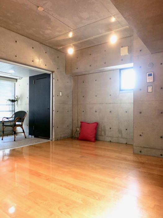 コンクリート打ちっ放しのクールなお部屋。6帖(サンルーム付き)。ARK HOUSE 南館 3A 何もかもが魅力的な創造空間。3