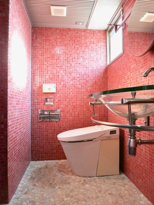 バスルーム&トイレ。鮮やかでお洒落なモザイクタイル貼りのバスルーム&トイレ。ARK HOUSE 南館 3A 何もかもが魅力的な創造空間。5