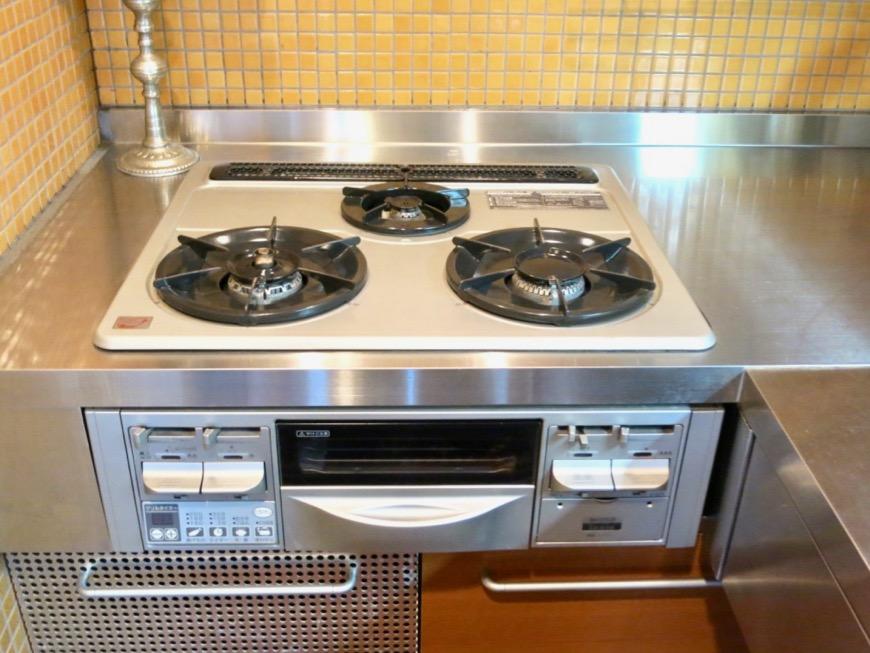 キッチン。鮮やかでお洒落なモザイクタイル貼りのキッチン。ARK HOUSE 南館 3A 何もかもが魅力的な創造空間。9