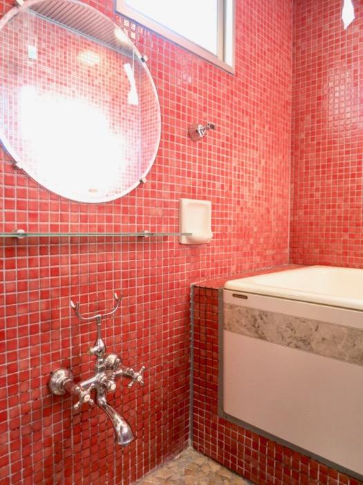 バスルーム&トイレ。鮮やかでお洒落なモザイクタイル貼りのバスルーム&トイレ。ARK HOUSE 南館 3A 何もかもが魅力的な創造空間。14