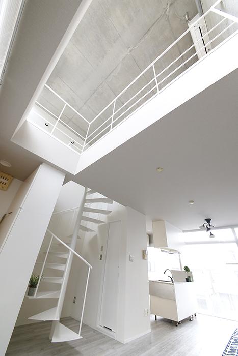 【M/F HOUSE】008号室_LDK_リビングからメゾネット部を見上げる_MG_3425