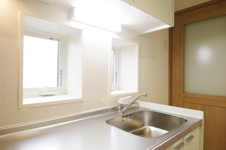 西尾市【モフズヴィラ(Mofz Villa Imagawa)】101号室_キッチン周り_窓のある明るいキッチンです_MG_6820