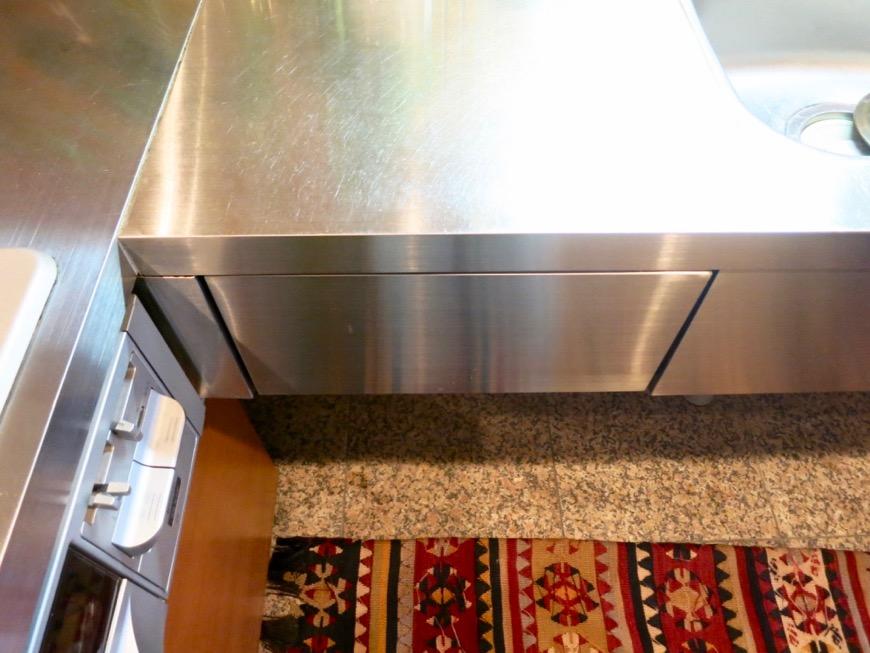 キッチン。鮮やかでお洒落なモザイクタイル貼りのキッチン。ARK HOUSE 南館 3A 何もかもが魅力的な創造空間。22