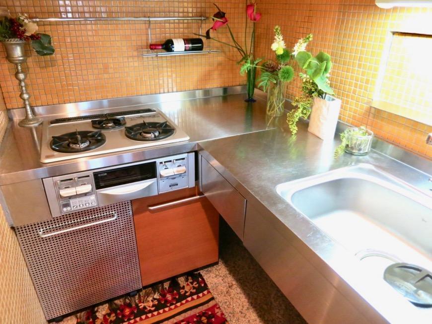 キッチン。鮮やかでお洒落なモザイクタイル貼りのキッチン。ARK HOUSE 南館 3A 何もかもが魅力的な創造空間。29