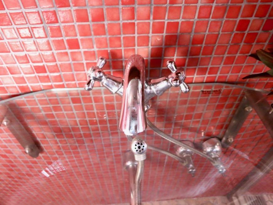 バスルーム&トイレ。鮮やかでお洒落なモザイクタイル貼りのバスルーム&トイレ。ARK HOUSE 南館 3A 何もかもが魅力的な創造空間。19
