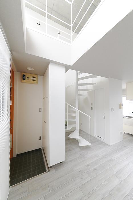 【M/F HOUSE】008号室_LDKからメゾネットタイプの洋室を見上げる_MG_3695