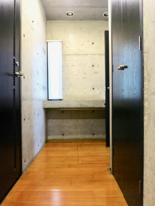 廊下 コンクリートハウス 風か吹き抜ける美しい要塞。218 HOUSE 2D号室1