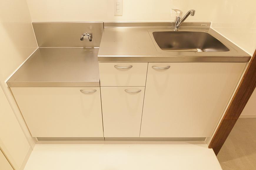 【DRAFT HOUSE】A203号室_水周り_キッチン_足もとの収納スペース_MG_8405