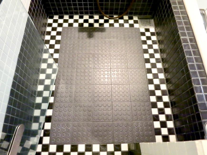 浴室 チェック柄のタイル。 コンクリートハウス 風か吹き抜ける美しい要塞。218 HOUSE 2D号室2