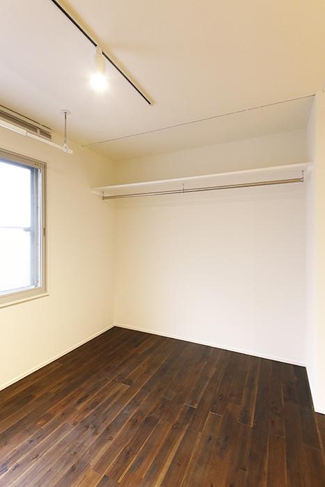 【DRAFT HOUSE】A203号室_フローリング部_収納スペースにはハンガーパイプ完備_MG_8471
