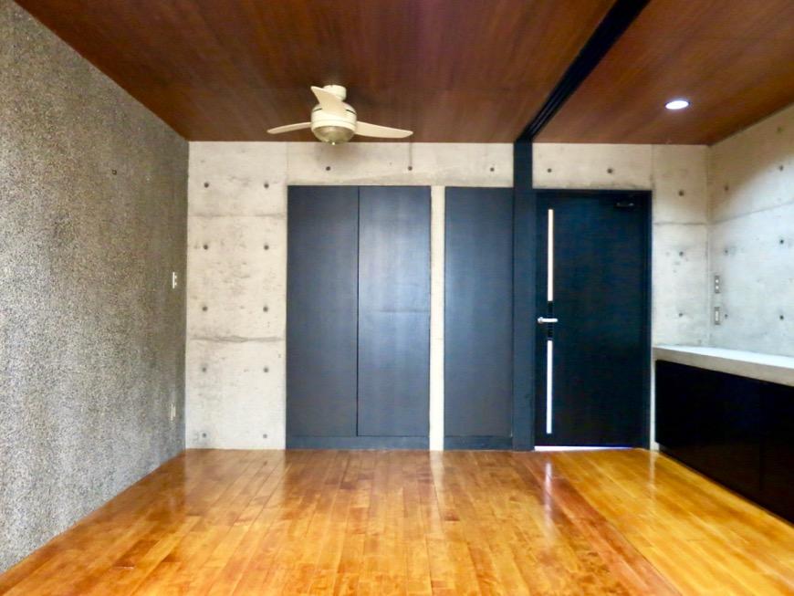 10帖の洋室 コンクリートハウス 風か吹き抜ける美しい要塞。218 HOUSE 2D号室10
