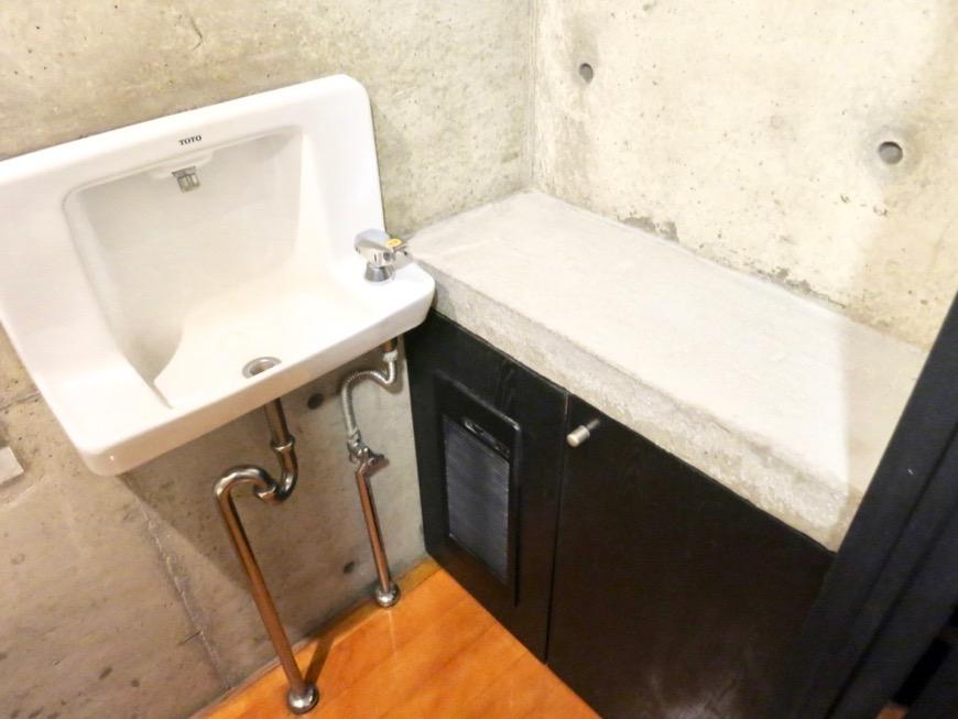 トイレ コンクリートハウス 風か吹き抜ける美しい要塞。218 HOUSE 2D号室1