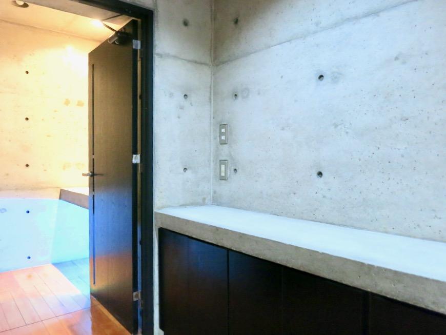10帖の洋室 コンクリートハウス 風か吹き抜ける美しい要塞。218 HOUSE 2D号室2