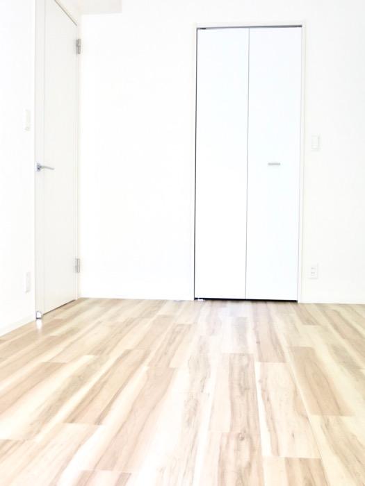 6.3帖の洋室。ナチュラルな造作デスクのあるお部屋。スリーアイランドタワー丸の内502号室3