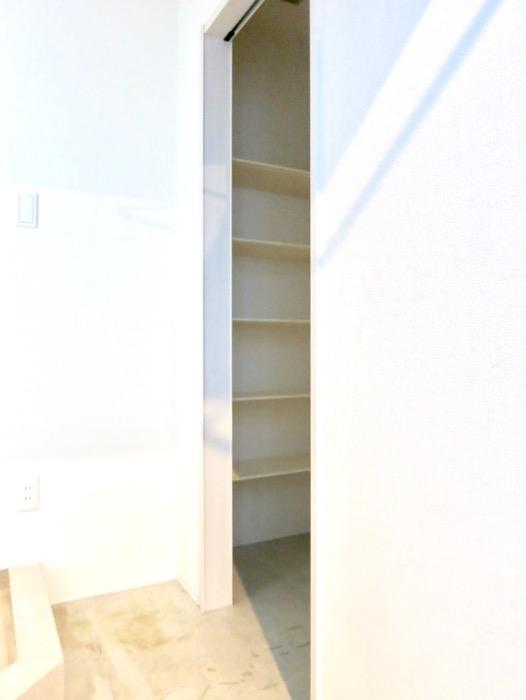 玄関。ナチュラルな造作デスクのあるお部屋。スリーアイランドタワー丸の内502号室1