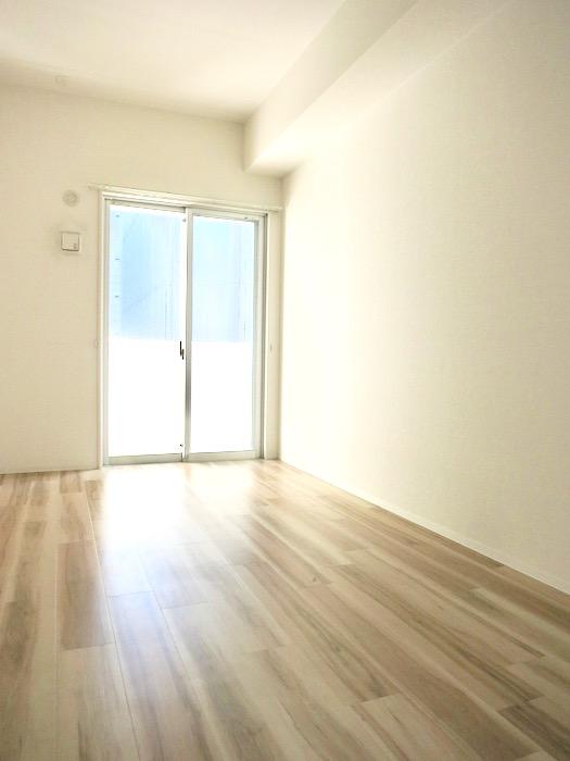 6.3帖の洋室。ナチュラルな造作デスクのあるお部屋。スリーアイランドタワー丸の内502号室0