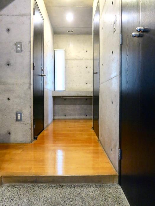 玄関 コンクリートハウス 風か吹き抜ける美しい要塞。218 HOUSE 2D号室9