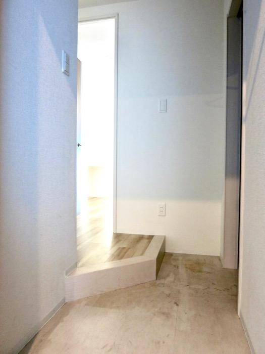 玄関。ナチュラルな造作デスクのあるお部屋。スリーアイランドタワー丸の内502号室0