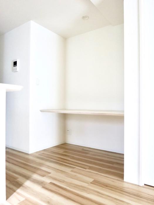 15.3帖のLDK。ナチュラルな造作デスクのあるお部屋。スリーアイランドタワー丸の内502号室15