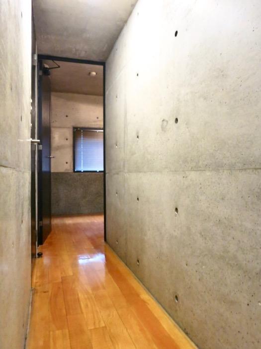 廊下 コンクリートハウス 風か吹き抜ける美しい要塞。218 HOUSE 2D号室3