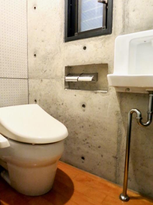 クールなトイレ。 コンクリートハウス 風か吹き抜ける美しい要塞。218 HOUSE 2D号室1