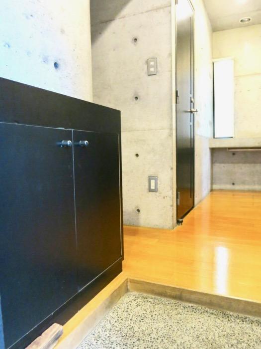 玄関 コンクリートハウス 風か吹き抜ける美しい要塞。218 HOUSE 2D号室1