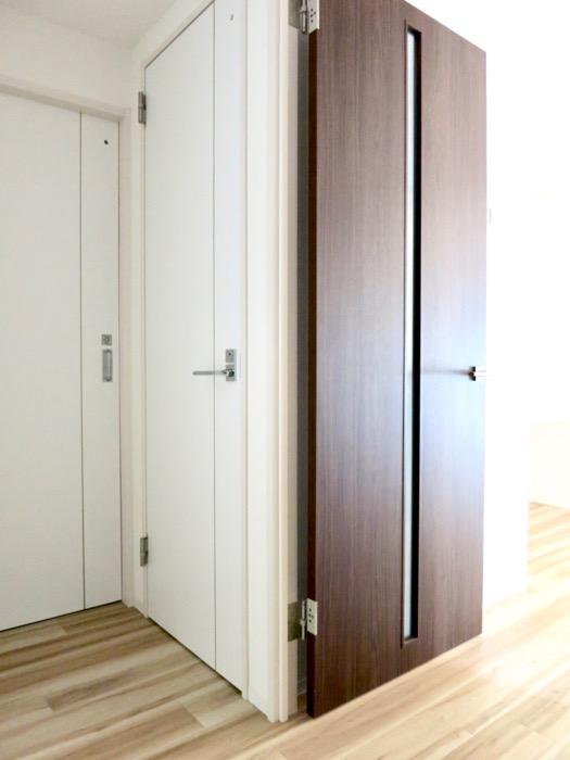 玄関。ナチュラルな造作デスクのあるお部屋。スリーアイランドタワー丸の内502号室5