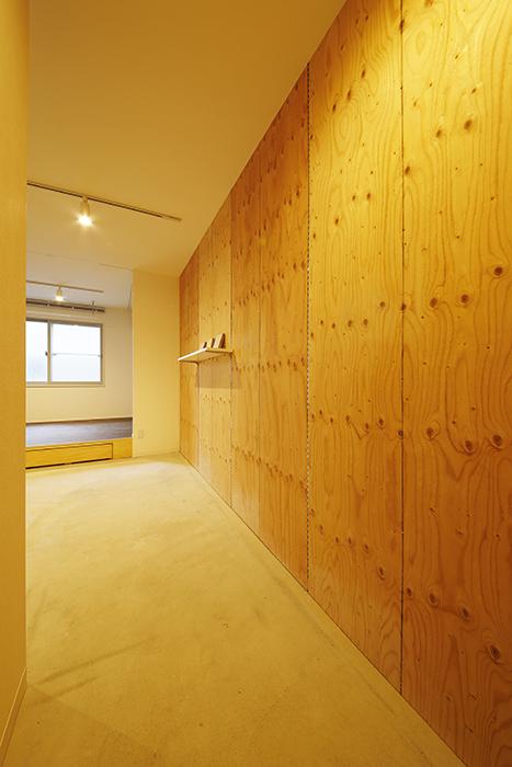 【DRAFT HOUSE】A203号室_玄関からウッディな壁を眺めながら_MG_8328