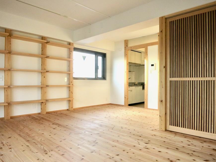天然木のオープンシェルフのあるリビング 天然木が広がるお部屋。インターシティ黒川901号室19