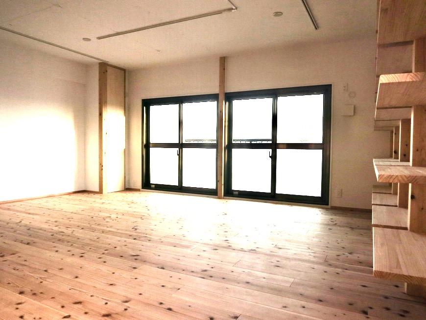 天然木のオープンシェルフのあるリビング 天然木が広がるお部屋。インターシティ黒川901号室0