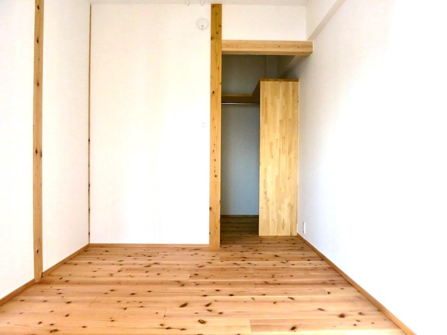 格子戸のある寝室。天然木が広がるお部屋。インターシティ黒川901号室17