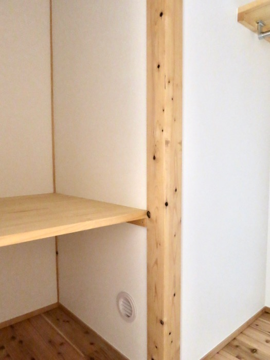 格子戸のある寝室。天然木が広がるお部屋。インターシティ黒川901号室5