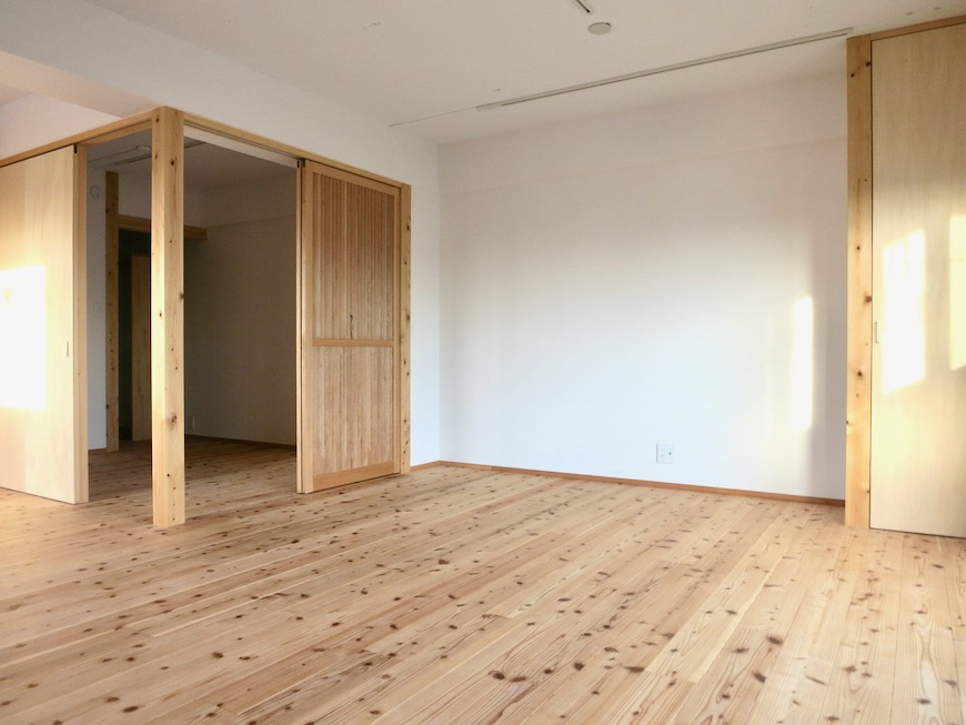 天然木のオープンシェルフのあるリビング 天然木が広がるお部屋。インターシティ黒川901号室11