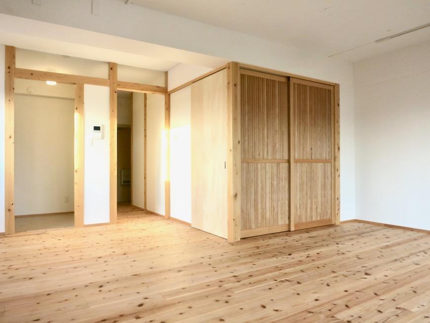 天然木のオープンシェルフのあるリビング 天然木が広がるお部屋。インターシティ黒川901号室18