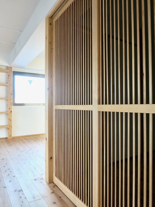 格子戸のある寝室。天然木が広がるお部屋。インターシティ黒川901号室13