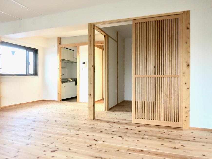 天然木のオープンシェルフのあるリビング 天然木が広がるお部屋。インターシティ黒川901号室10