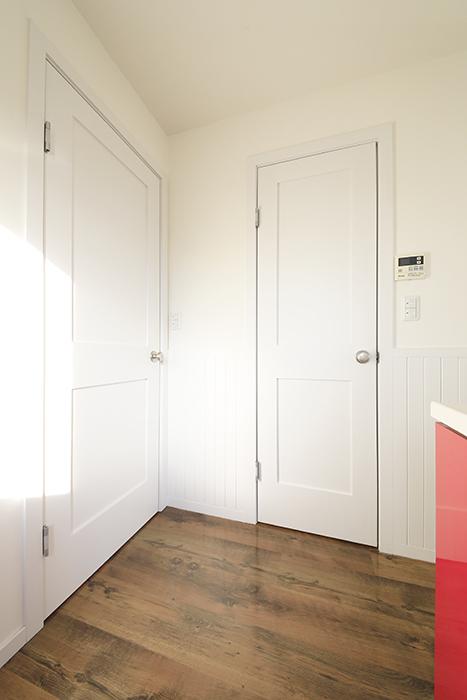 【プリマ名古屋壱番館】201号室_リビング_ウォークインクローゼットのドア_MG_7860