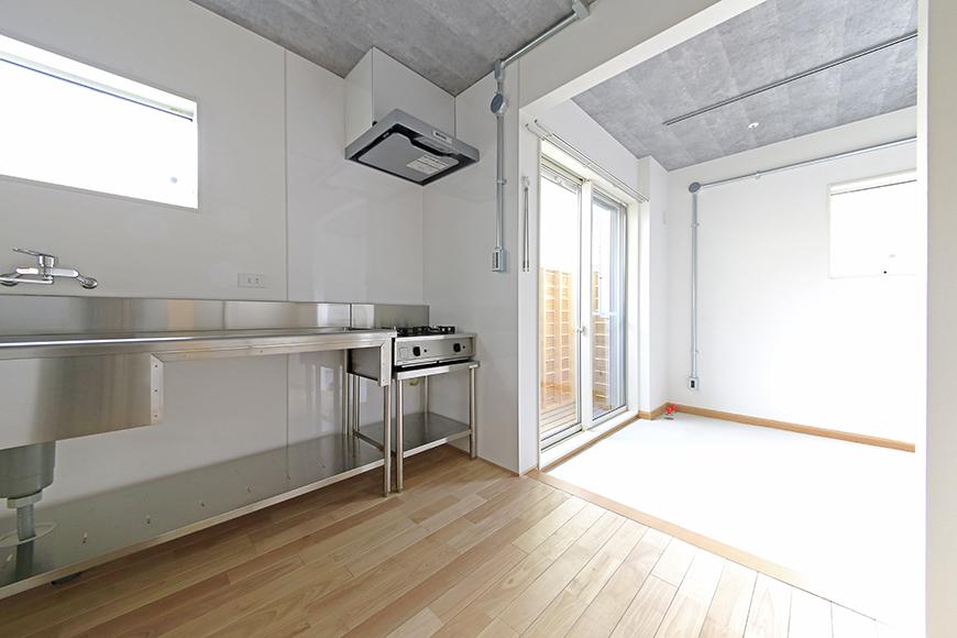 庄内通【コウノミBASE】101号室_キッチンから土間へ_MG_9007