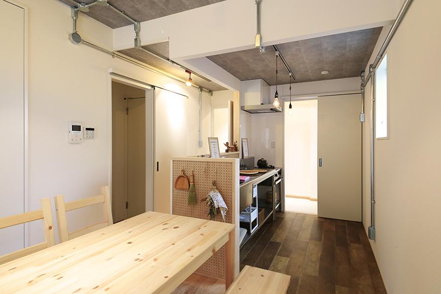 庄内通【コウノミBASE】102号室_リビングからキッチンへの眺め_MG_8847