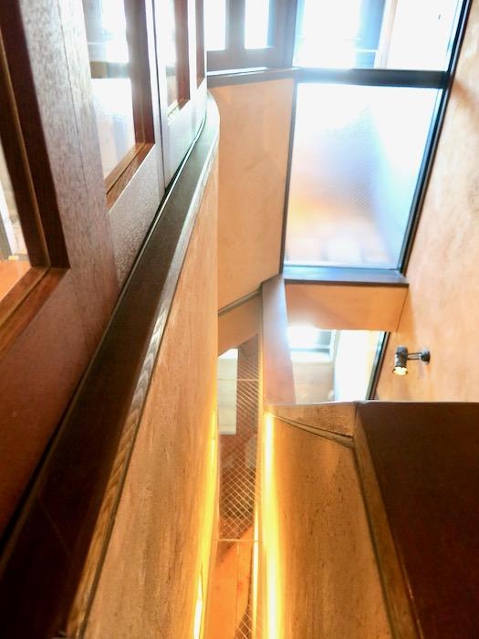 1Fから2Fへの階段。ヴィンテージ3Fメゾネット2000HOUSE4B12